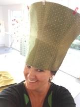 Så er det tid for å prøve litt. Ser nå at hatten er altfor høy - for å få en bedre dimensjon så klipper jeg av fra toppen i flere omganger OBS Hatten er mye større i omkrets - den holdes inn av Wonderclips for prøvingens skyld
