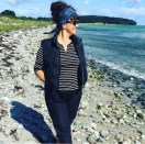 Så deilig å være på stranden - har på en lett vindbukse i bomullspoplin og håret holdes på plass av et belte sydd i Tula Pink stoff