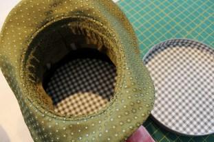 ... med det resultat at man kan se mønstret fra lokket inne i hatten. Siden eller kanten ble til en stabil kant inni bremmen. For at den skal holde seg på plass sydde jeg den fast