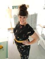 En lykkelig kjolepike i sin nye buksedress