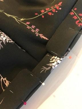 Linningen har en morsom detalje i form av en løpegang som sys ovenpå
