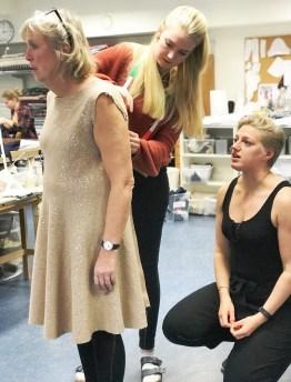 Læringene gir hverandre råd når kjolen prøves inn - det tar lang tid å få all den erfaring som Tine har
