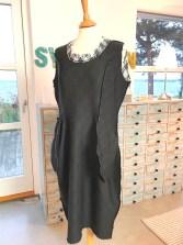 Kjolen er sydd sammen i sidene og har vrangen ut så lommene kan sees