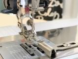 På symaskinen monterte jeg en 1/4-inchfot. Guiden sammen med foten gir perfekt og eksakt sømsmonn på 6mm eller en 1/4-inch