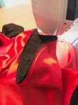 For at kansten skal ligge pent så blir den stukket ned på symaskinen med litt lange sting