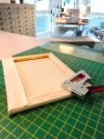 Det er enkelt å montere stoffet på lerretet med en heftepistol