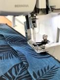 Hele kimonoen sys sammen på overlocken - med den 4-trådige overlocksømmen så blir det både pent og holdbart