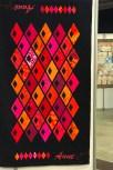 Synes dette bildet gir et fint perspektiv av spennvidden på quiltene som var utstilt på treffet - moderne og tradisjonelle hang side om side