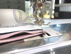 Symaskinen ble igjen brukt for å få matche stripene i ribben