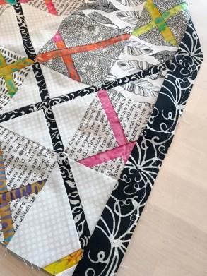 Da hele quilten var sydd sammen var det enkelt å ta avgjørelsen om at det skulle en svart ramme rundt i batikkstoffet