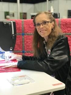 Quilter og kursleder Jane Johansen viste hvordan linjaler eller skabeloner kan gjøre quiltingen både, enklere, morsommere og ikke minst flottere. Hun holder kurs hvor du kan lære å utnytte alle mulighetene som dette tilbehøret gir deg
