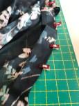 Mitt stoff var en litt gjennomsiktlig chiffon - vliseslinen som jeg valgte var svart og i en tynn kvalitet for at ikke den skulle bli synlig eller for bastant