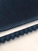 Jeg har sydd fast pompongene på litt forskjellige måter avhengig av hvor på kjolen de er plassert