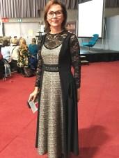 Søte Kari er ofte model for Tine Solheim i hennes bøker - her er hun i en überlekker kreasjon i tweed og blonder