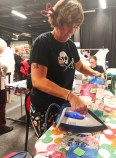 Suzanne Blomendal har hendene fulle med å presse sømmonn