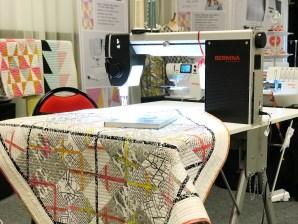 """Det var stor interesse rundt quilten """"Krydserne"""" etter mønster fra Helene Gravenhorst. Det nye folde eller klaffebordet for Bernina Q20 var også en spennende nyhet"""