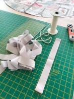 Tittekanten eller pipingen lages av strimler med stoff som er sydd sammen på forhånd. Snoren er en 3,5mm anorakksnor - den jeg bruker er fra Stoff og Stil