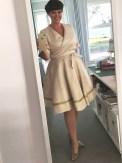 Kjolen har en kledelig lengde som er til kneet