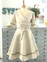 Kjolen sett forfra har et streif av det glade 50-tall med den karakteristiske timeglass fasongen