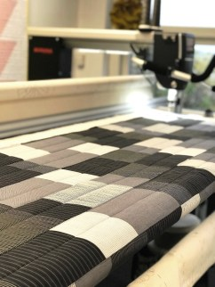 Mønster og prosjekt ble valgt med tanke på at det skulle gå rimelig hurtig - og hva er hurtigere enn å quilte på en longarmmaskin?