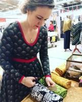Litt gøy å ha bilde av Marianne som har designet stoffet - vi møttes på Alt om Håndarbejdemessen i Rødovre - her er hun i full sving med å pakke ned stoffene som kom med hjem. Her i kjole i samme stoff som den jeg har sydd