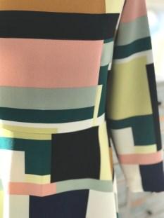 Kjolen har innsnitt fra livet og opp på både forstykket og bakstykket