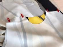 Jeg valgte å ha det gule partiet i midten på kjolen - håpet at de grå partiene skulle gi et litt slankere inntrykk...