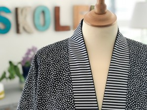 Kanten eller beleggningen som er så karakteristisk for kimonoen har jeg valgt å fremheve litt ekstra ved å sy den i det stripete stoffet