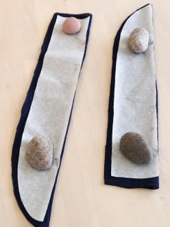 Båndene klippes så de har en fold - det ene bånd er noe lenger enn det annet