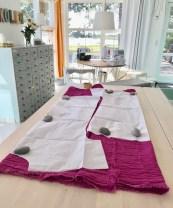 Både forstykket og bakstykket skulle ligge mot fold - samtidig som ermet skulle klippes i ett med resten av kjolen. Løsningen er å brette stoffet så du får to folder i stedet for en ...