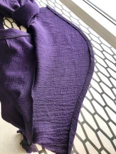 Kast over ermets nederkant med overlocken. Press en ca 1-1,5 cm bred fald nederst på ermet. Sy sammen ermet og stikk ned falden
