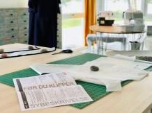 Selve kjolen er ganske enkel å sy, men forklaringen for hvordan du syr på beltet eller båndene er litt sparsom - bildene her vil gi en god beskrivelse for hvordan båndene sys