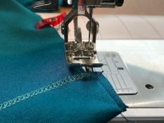 For å sikre at sidesømmene eller ermesømmene ligger perfekt så syr jeg de sammen i sterten på symaskinen