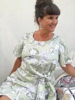Det flotte bindebånd eller sydde belte gir kjolen en fantastisk flott form