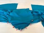 Kjolen har et formsydd erme - om du ikke tør sy det direkte på overlocken så kan du første sy det fast med symaskinen