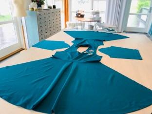 Jeg liker godt å sy kjolen sammen på denne måten - først skuldersømmene, deretter overstykkene til skjørtedelene, så ermene. Grunnen er at det gir meg mulighet for å finjustere passformen med sidesømmene og faldene blir helt perfekte både på skjørtet og ermene