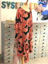 Det går ganske mye stoff til kjolen - raglandermene og kappene krever mer enn du kanskje tror. Jeg manglet en høyde på kappene - ergelig å være gjerring eller sparsommelig