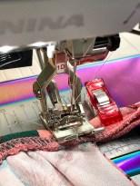 Legg tittekanten helt presis ovenpå hverandre og sy den sammen med symaskinen