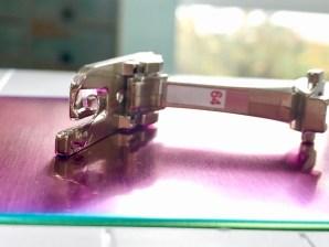 Faldefoten har en spiral som stoffet føres inn i og som gjør at du syr en smal kant uten å bruke strykejernet og nåler før du syr - genialt!