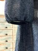 Som avslutning for ermene på kjolen har jeg valgt å ha en tittekant som samler rynkene nederst