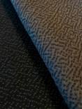 Forsiden av stoffet ligner en persianer pels og baksiden har et flott mønster