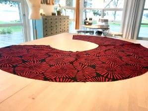 På mønsteret er skjørtet opprinnelig en halv sirkel - med det ene ekstra forstykket til omslaget blir den en 3/4-dels sirkel