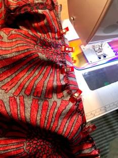 Jeg kom til å gjøre en liten UPS. Mitt bakstykke på kjolen er en strørrelse mindre enn forstykket - dette fordi da passer mønsteret perfekt - problemet var at jeg hadde glemt å klippe skjørtedelen i en mindre størrlese så det passet ikke med overdelen. Løsningen ble en lett rynket skjørtedel og så var det problemet løst