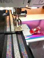 Om du har en elastikk som har striper eller annet mønster du skal ta hensyn til så kan det være en god ide å sy den på symaskinen så stripene blir rette