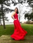 Selv om vinden biter litt så er Andrea et syn i sin røde kjole