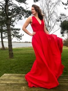 Da det skulle danses til festen vurderte vi om det skulle bånd til å holde kjolen oppe, men det var for mye og tungst stoff til at dette ble helt funksjonelt. Løsningen ble at hun ville holde i skjørtet istedet