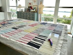 Quilten eller patchworkteppet er ferdig quiltet