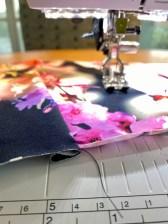 Om du har en overtansportør på symaskinen er den en god hjelp når du syr innsnitt i elastiske materialer