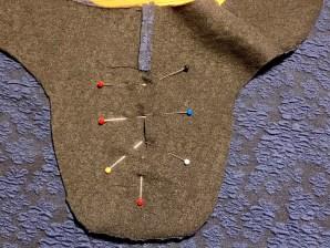 Legg belegget rett over hullet i forstykket - rette mot rette og fest med knappenåler i åpningen
