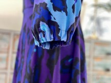 Lilla leopardmønstret kjole med V-ringning og pufferme